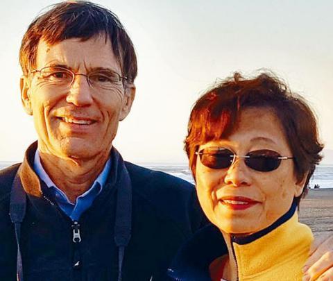 图为遭联合航空要求离开飞机的女事主区洁斯及其丈夫温特耶斯。(美国《星岛日报》)