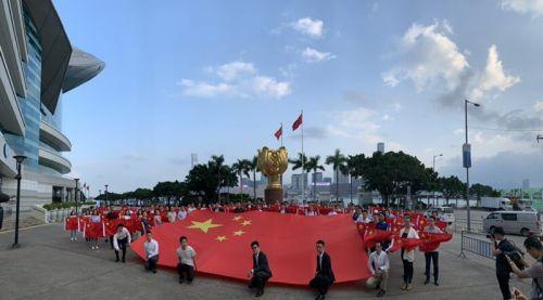 与国旗和金紫荆同框 百名香港青年共祝国庆