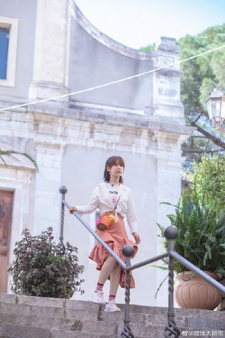 杨紫荷叶边半裙造型曝光什么样的?杨紫荷叶边半裙造型好看吗组图