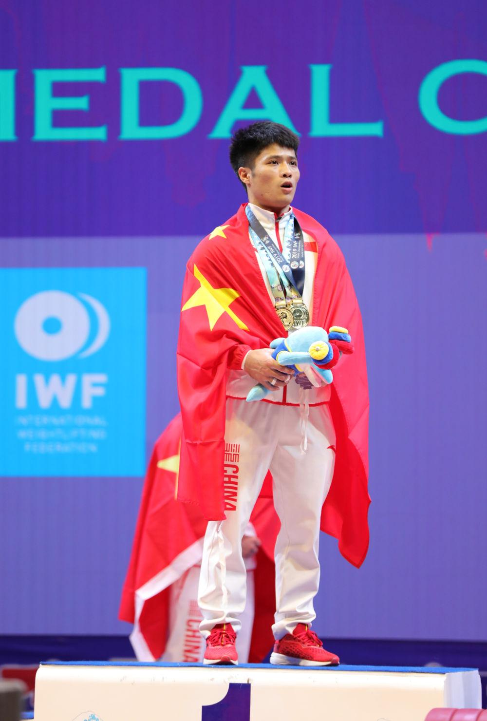李发彬破纪录夺金事件详情,李发彬总成绩318公斤包揽3项冠军