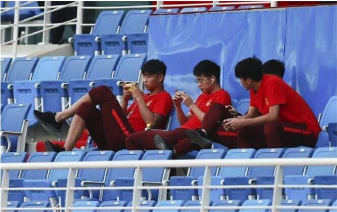 队友在台上比赛郭田雨在玩手机