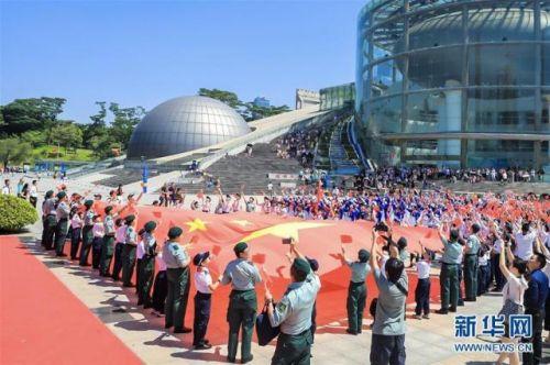 深圳香港两地青少年共升国旗怎么回事?深港两地青少年共升国旗现场图