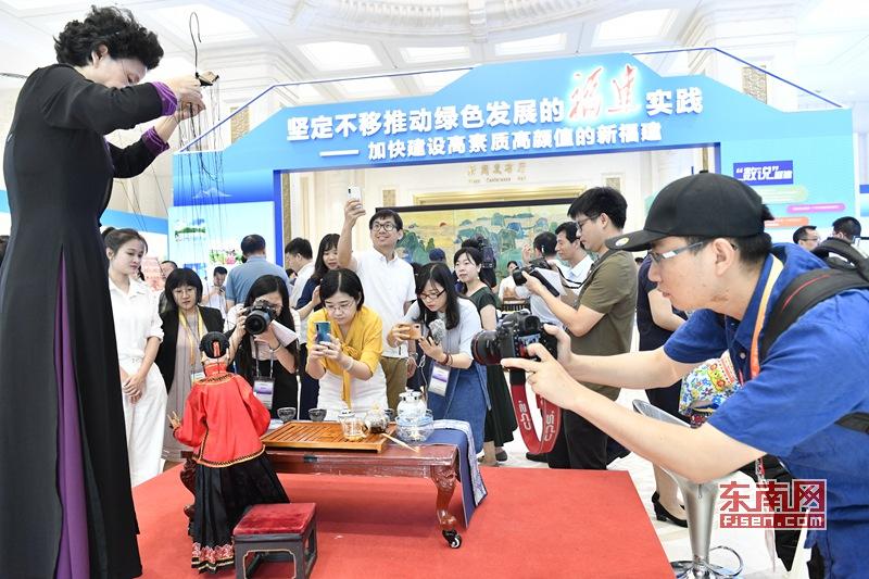 庆祝新中国就在�@第六次攻�粢�攻到冷光身上成立70周年福建专场新闻∩发布会在京举行
