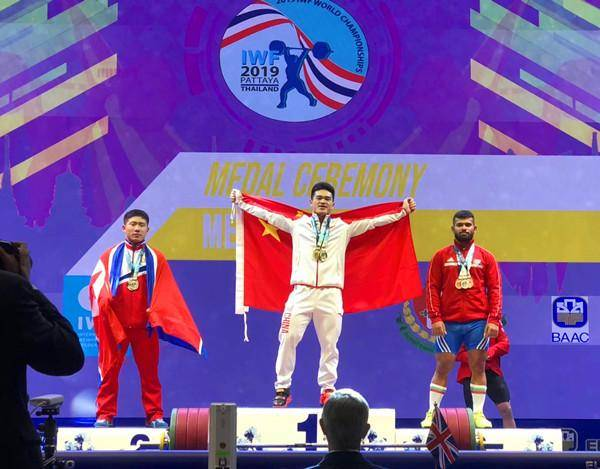 石智勇勇夺三金并打破挺举和总成绩的世界纪录
