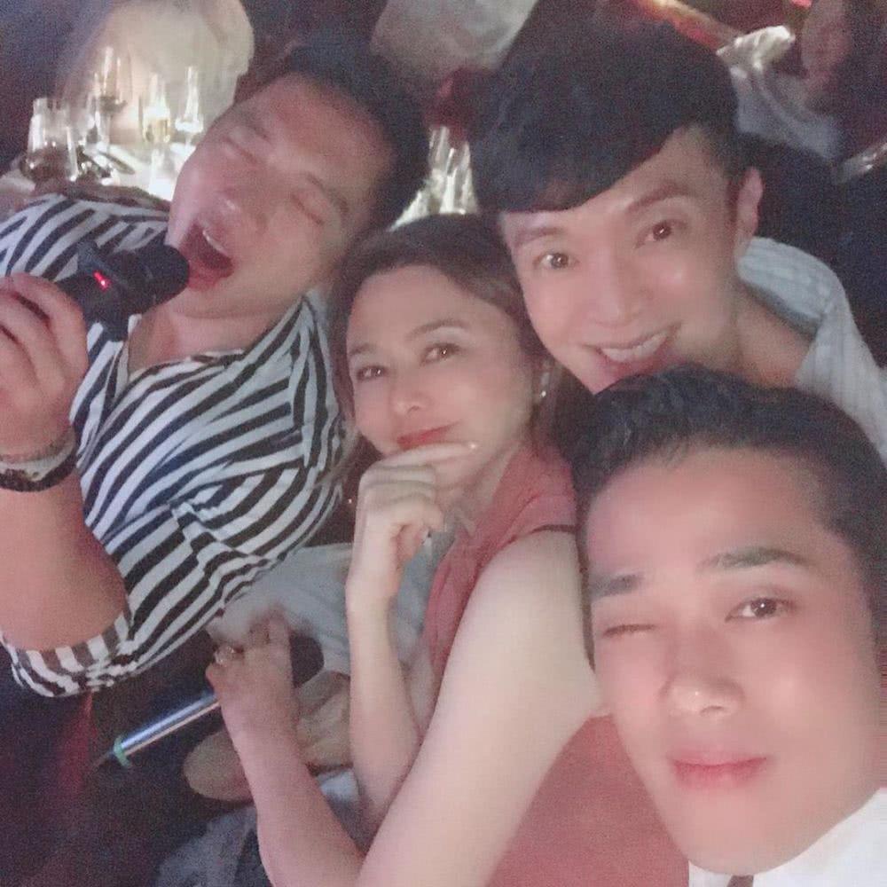 关之琳提前过57岁生日 被三名帅哥包围一脸享受