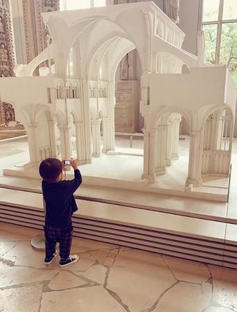 昆凌带儿子逛博物馆!2岁Romeo变小小摄影师超萌