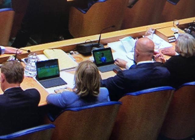荷兰部长偷看球赛怎么回事 首相发言时偷看足球比赛