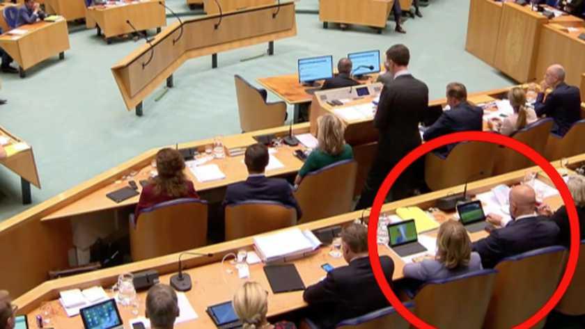 荷兰部长偷看球赛什么情况 首相发言两部长偷偷看球赛