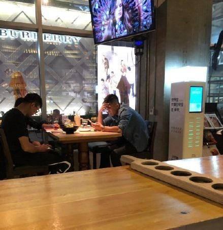 网友曝沈阳餐厅偶遇郭艾伦 郭少一身休闲低头玩手机