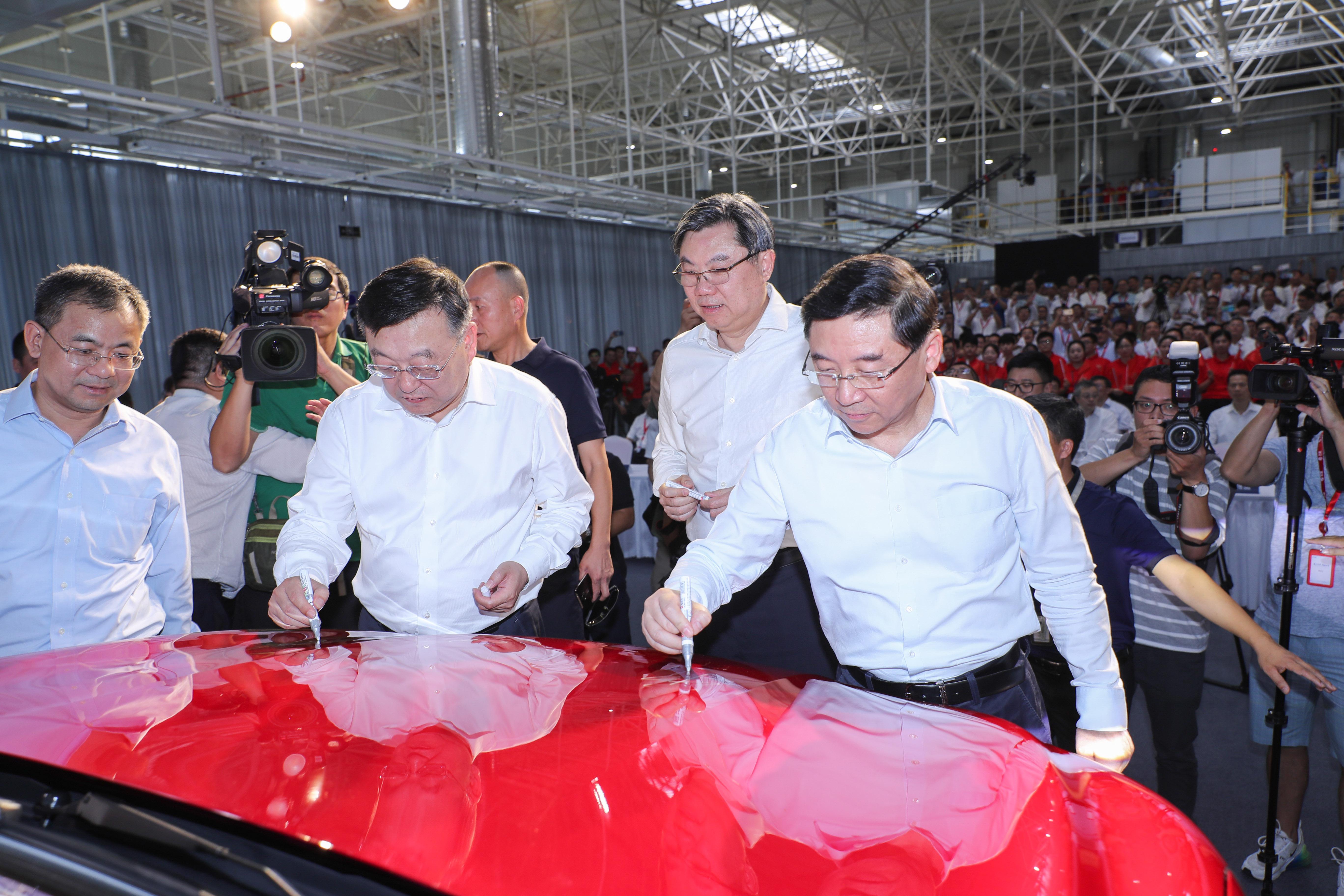上汽宁德基地正式投产 首辆插电混动名爵eHS下线