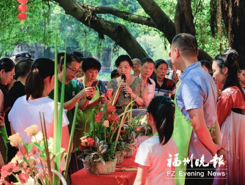 在晋安河公园,插花比赛结束后,现场展示插花作品。