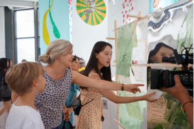 现场艺术家与观众互动
