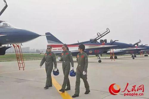 领队机女飞行员太飒了照片曝光 领队机女飞行员背后的故事揭秘