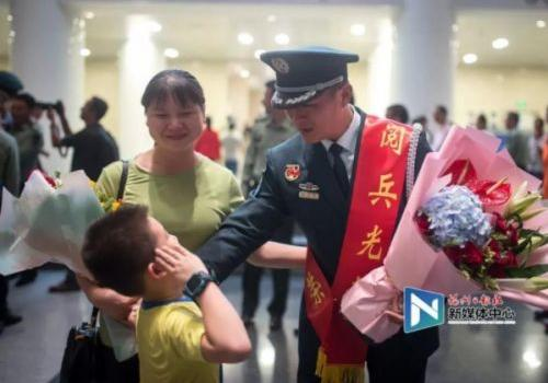 澳门皇冠游戏视讯参加国庆阅兵的受阅战士载誉☆归来 看看都是谁?
