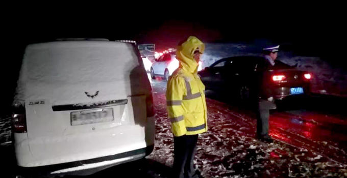 青海祁连突降大雪具体什么情况? 上千辆车被困⌒景阳岭△