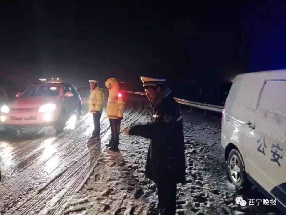 青海祁连突降大雪具体什么情况? 上千辆车被困景阳岭