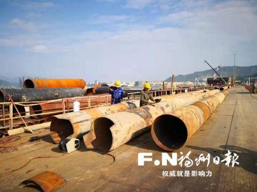 党员和工人坚守道庆洲大桥施工现场。