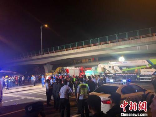 江苏无锡高架桥坍塌事故:现场已出动大型吊机施救