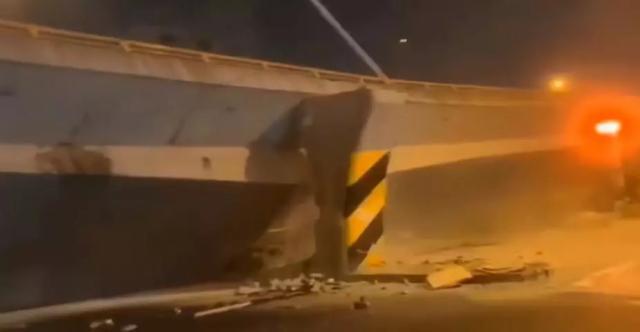 江苏无锡高架桥侧翻变乱致3作古2伤!初查系运输车辆超载而至
