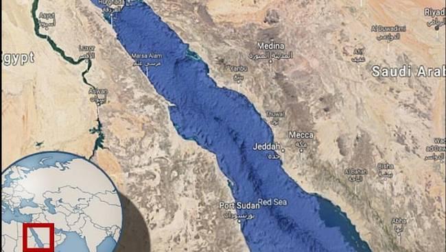 伊朗油轮沙特海域遭两枚导弹击中发生爆炸 油泄红海