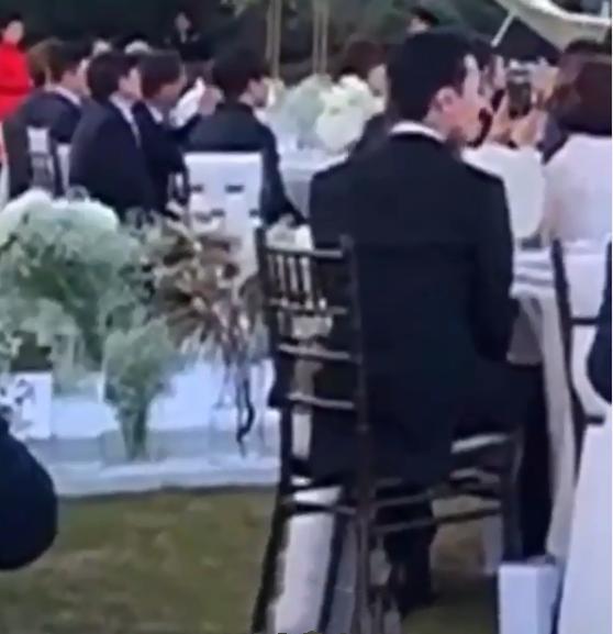 权志龙低调出席姐姐婚礼,穿西装专注拍照超暖心