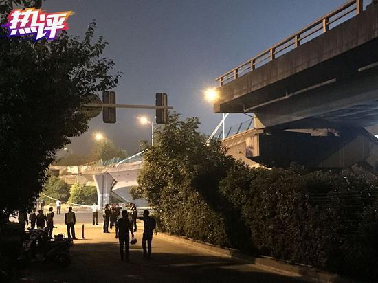 △2019年10月10日晚,江苏无锡,312国道上海方向锡港路上跨桥路段出现桥面垮塌,现场有多辆轿车被压。