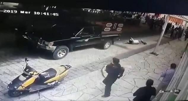 墨西哥一市长未兑现修路承诺 被民众绑车上拖行几条街