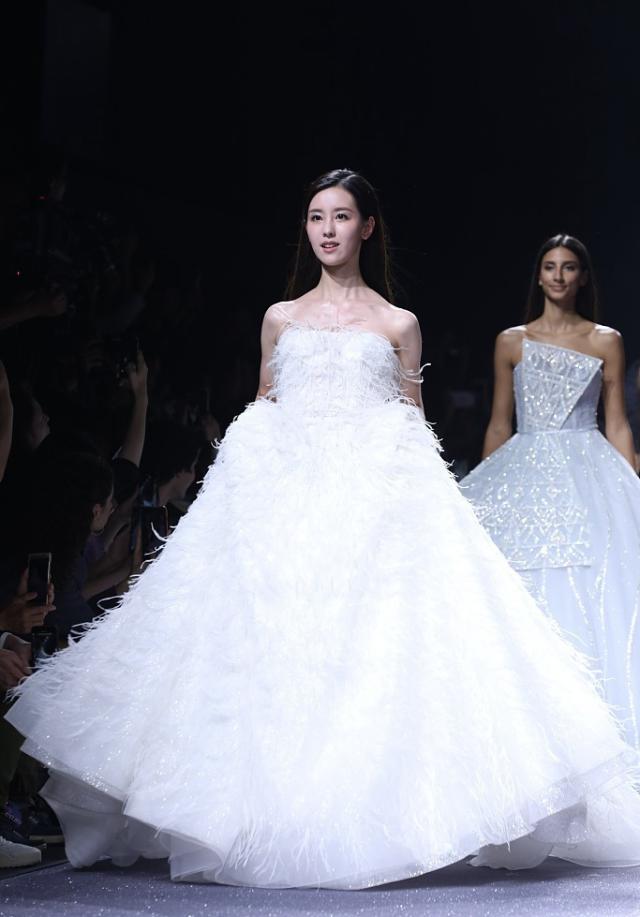 陈都灵穿婚纱走秀 穿婚纱的密斯是最美的陈都灵又美又纯像似仙女