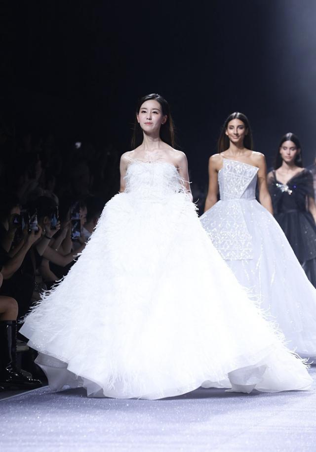 陈都灵穿婚纱走秀 穿婚纱的女人是最美的陈都灵又美又纯像似仙女