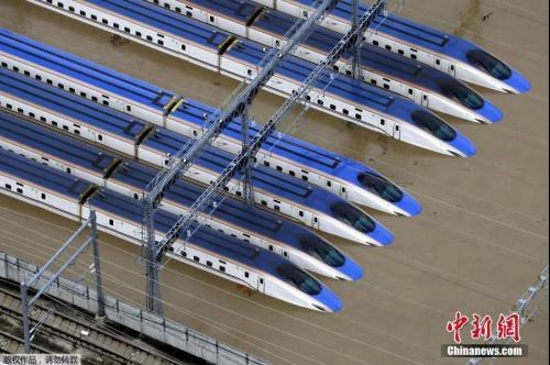 10月13日,日本长野县被洪水浸泡的新干线列车。