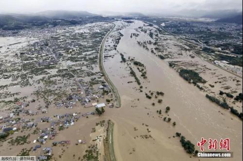 10月13日,航拍日本长野县被洪水围困的住宅区。