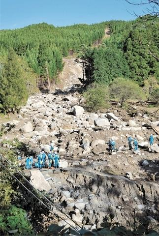 日本警方在泥石流现场搜救伤者(日本《河北新报》)