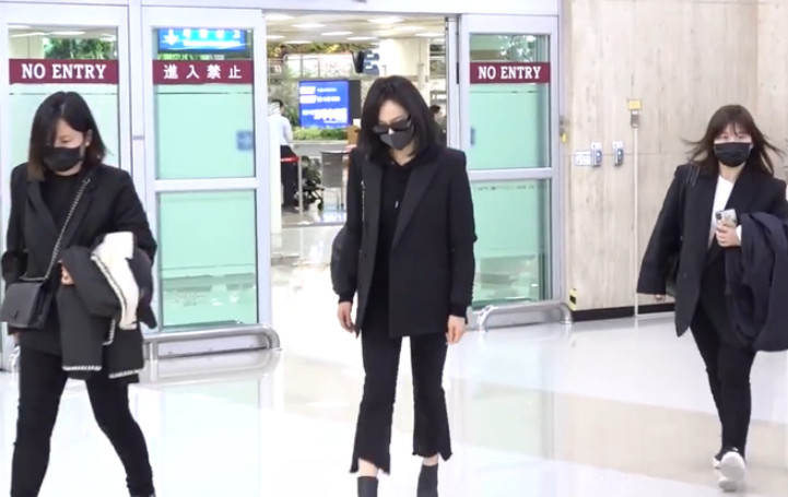 宋茜抵达韩国现场图,宋茜在机场的这个动作让人泪目