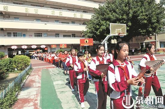 """庆祝""""申遗""""成功十周年 小学生歌吹漫步奏唱南音"""