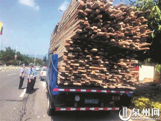 泉州500余名警力严查货车超载超限:超载20余吨 司机被记6分