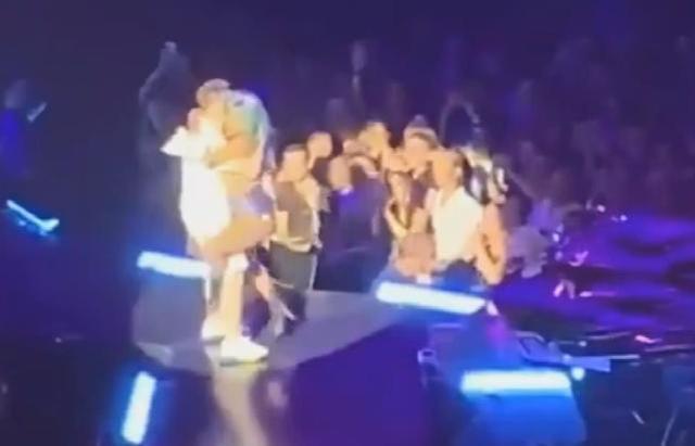 LADY Gaga舞台摔倒详细经过现场图曝光 LADY Gaga为什么会摔倒原因