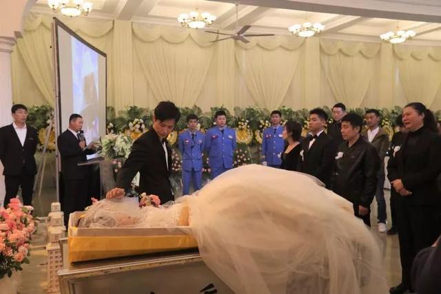 前天,这对新人在殡仪馆举行了婚礼...