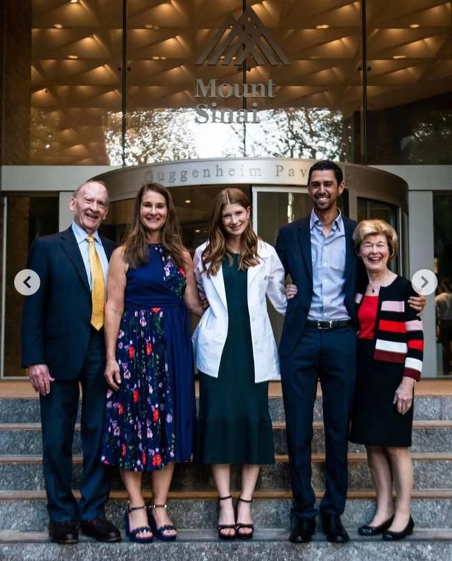 医学院入学时,詹妮弗和男友以及家人的合照。