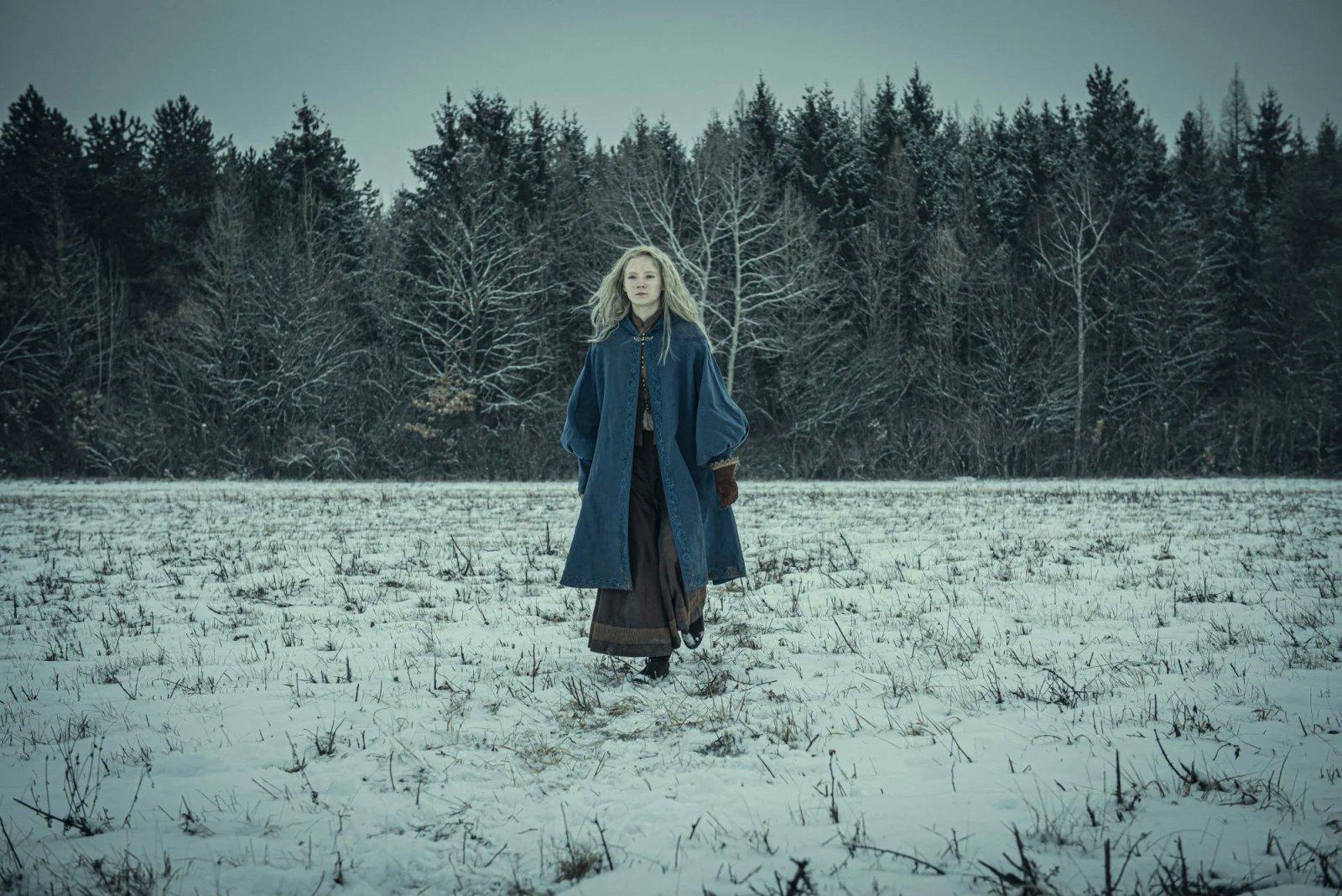 更多Netflix《巫師》劇照曝光!藍袍希里踏雪登場