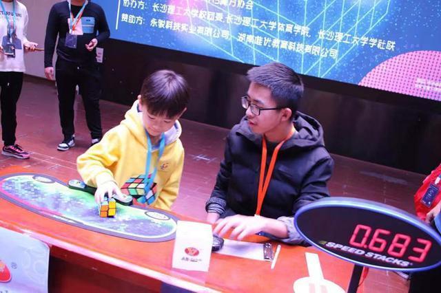 0.683秒魔方纪录什么情况 7岁孩子刷新魔方二阶单次中国新纪录