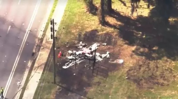 美國飛機撞汽車怎么回事 飛機緊急迫降撞上汽車機上2人死亡