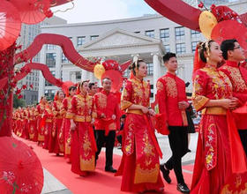 """百对""""新福州人""""在文化宫举行集体婚礼"""