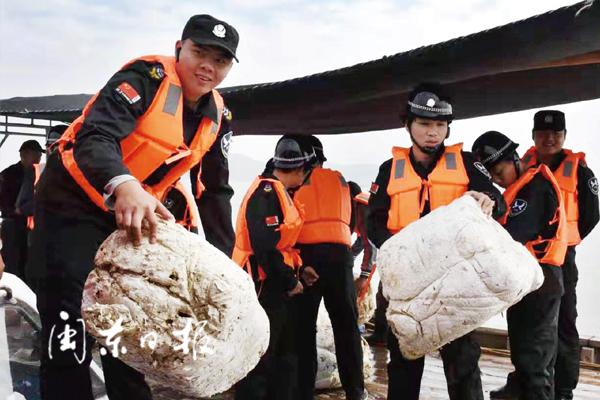 宁德三都澳海域开展海上非法养殖设施清理整治联合行动