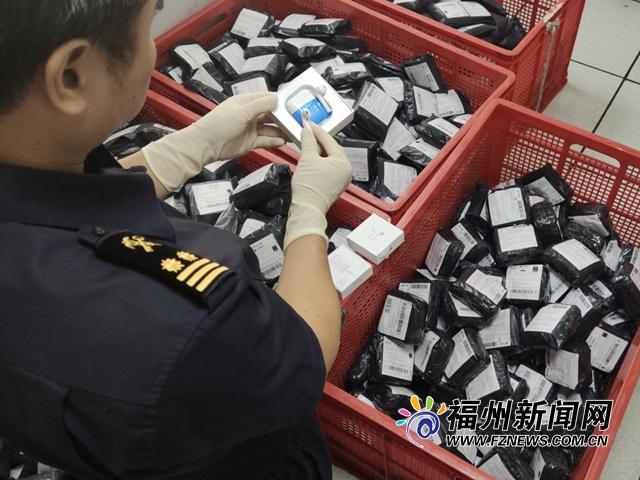 榕城海关在邮递渠道查获侵权苹果无线耳机1311副
