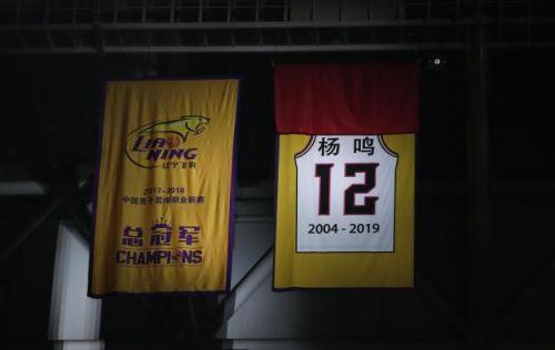 11月4日,杨鸣的球衣在退役仪式上悬挂在辽宁本钢队的主场。新华社记者杨青摄