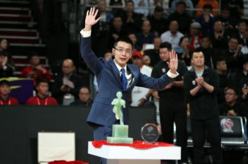 11月4日,杨鸣在退役仪式上向观众挥手。新华社记者杨青摄