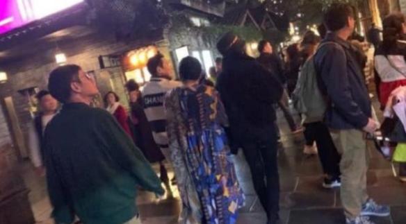 郭碧婷与婆婆逛街 俩人手牵手像极了母女照片曝光【组图】