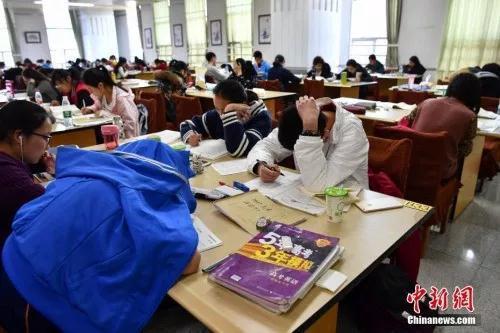 """學校減負致輔導班搶位:家長真的""""瘋了""""?"""