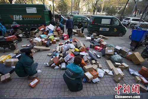 资料图:双十一临近,快递员也忙碌起来。 <a target='_blank' href='http://www.chinanews.com/'>中新社</a>记者 张云 摄