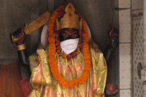 """雾霾严重!印度瓦拉纳西一神庙为神像""""戴口罩"""" 信徒模仿带口罩提高防霾意识"""